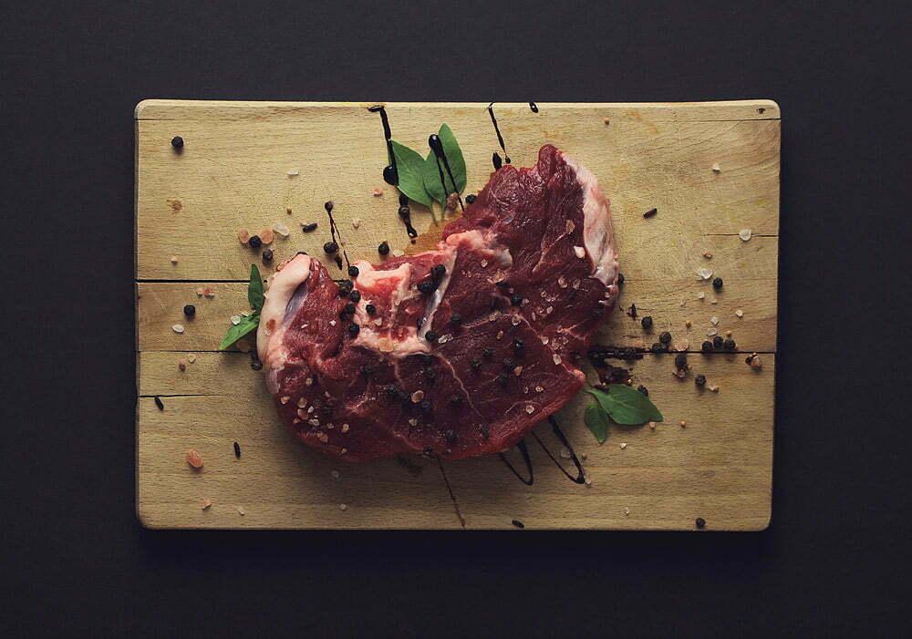 Surowe mięso na drewnianej desce