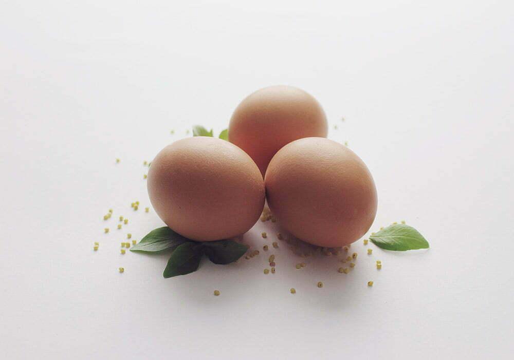 Trzy jajka na białym tle