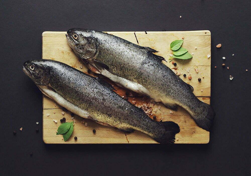 Ryby na drewnianej desce